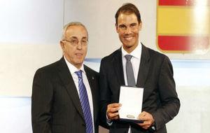 Alejandro Blanco entrega la Orden Olímpica a Rafa Nadal en la Gala...