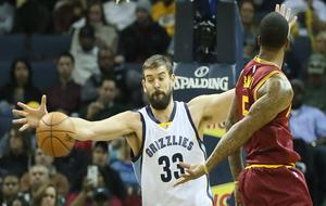 Marc Gasol (Grizzlies) defendienco a J.R. Smith (Cavaliers)