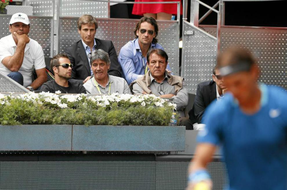 Toni Nadal observa un partido de Rafael Nadal desde el palco durante...