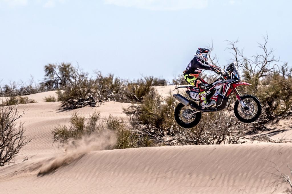 Benavides supera una duna durante el Dakar 2016.