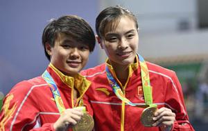 Wu Minxia (derecha) y Shi Tingmao muestran sus medallas en Rio 2016