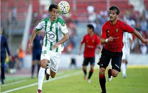 Joan Oriol disputa un balón con Pedro Ríos durante la visita del...