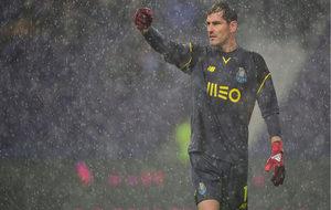 Casillas soporta la tromba de agua en el partido ante el Marítimo.