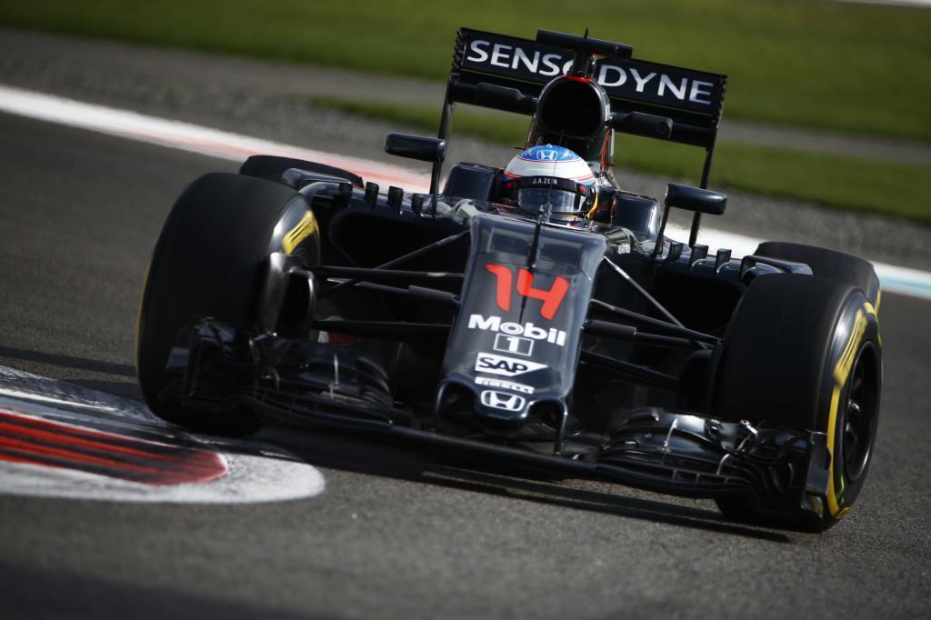 Alonso pilota su McLaren durante el Gran Premio de Abu Dabi.