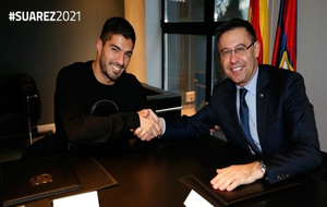 Suárez y Bartomeu se saludan tras firmar la renovación.