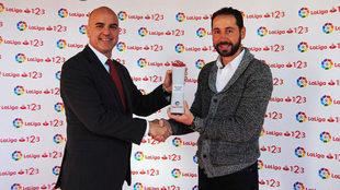 Pablo Machín, técnico del Girona, recibe su galardón como mejor...