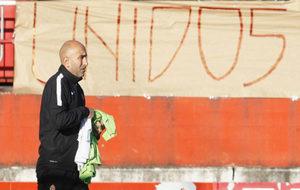Abelardo pasa frente a una pancarta en la que se lee Unidos