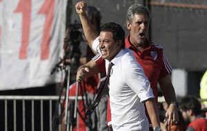 Gallardo levanta el brazo celebrando durante un partido.