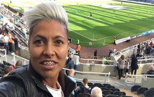María José Pérez posando en las gradas de un estadio.