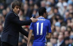 Conte da una palmada a Pedro tras un cambio.