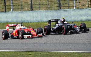 Sebastian Vettel y Fernando Alonso, durante un GP de este año.