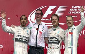 Los pilotos de Mercedes con Bottas en el podio del GP de México 2015.