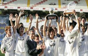 Lucas y Carvajal, detrás del capitán, a su izquierda y derecha, en...
