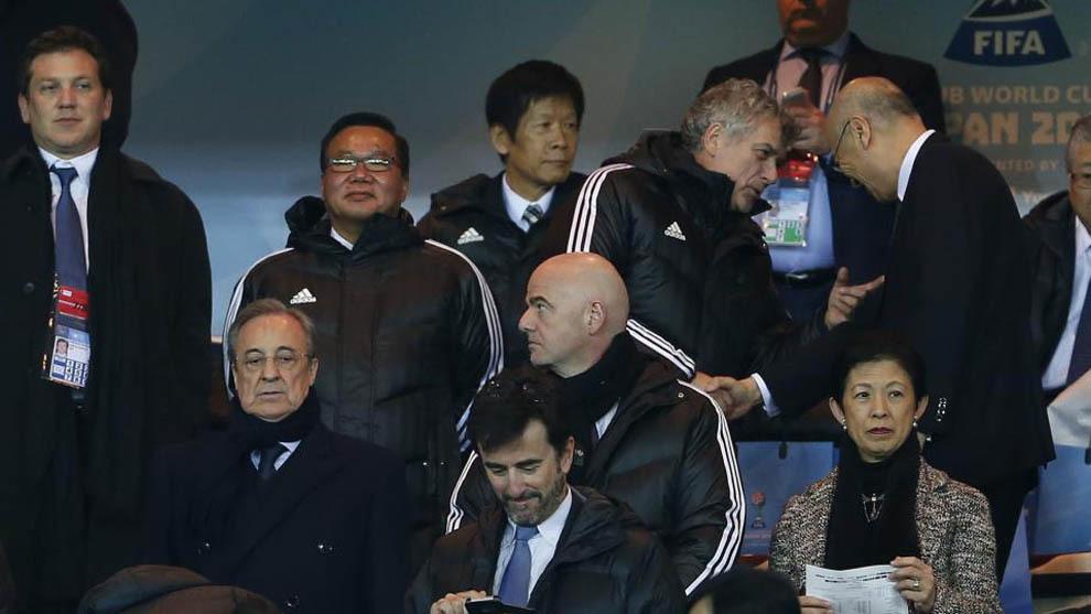 Florentino, Infantino y Villar, en segundo plano, en el palco de...