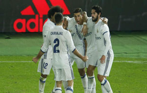 Los jugadores celebran uno de los goles de Cristiano en la prórroga