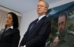 El presidente ejecutivo de Google, Eric Schmidt, y la presidenta de...