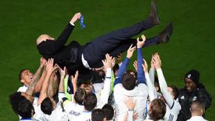 Zidane, manteado por sus jugadores tras la final