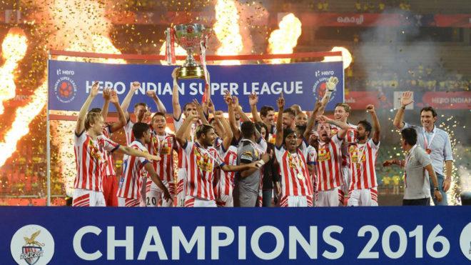 Los jugadores del Atlético Kolkata levantando el trofeo.