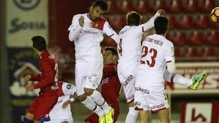 Juan Domínguez despeja de cabeza en el partido de Los Pajaritos