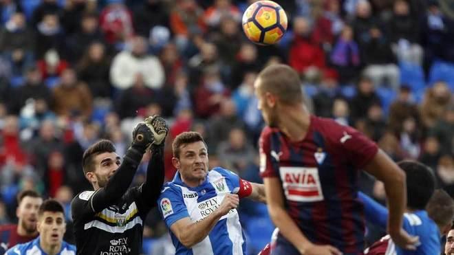Diego Barrios intenta despejar de puños el balón