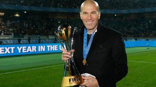 Zidane posa con el trofeo de campeón del mundo