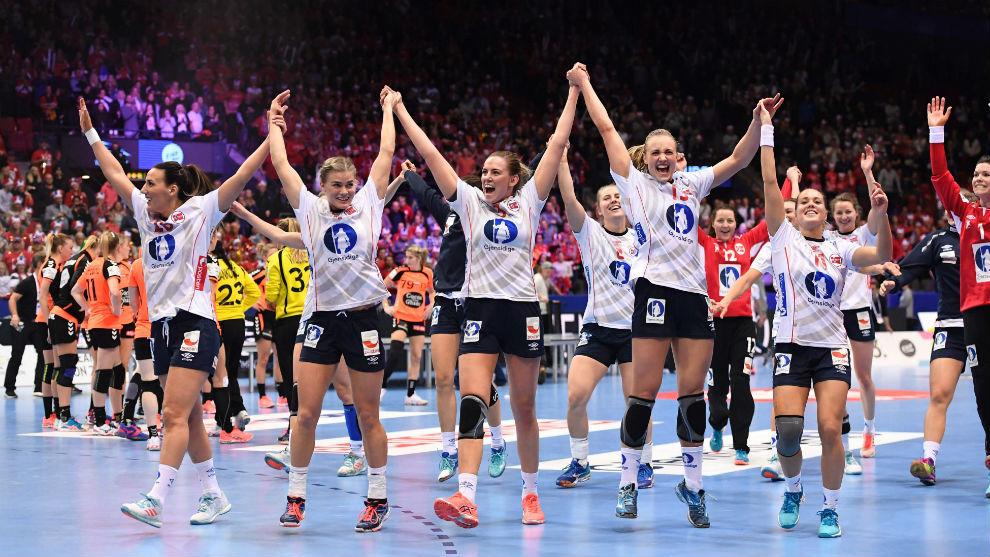 Las jugadoras noruegas celebran su triunfo en la final del Europeo.