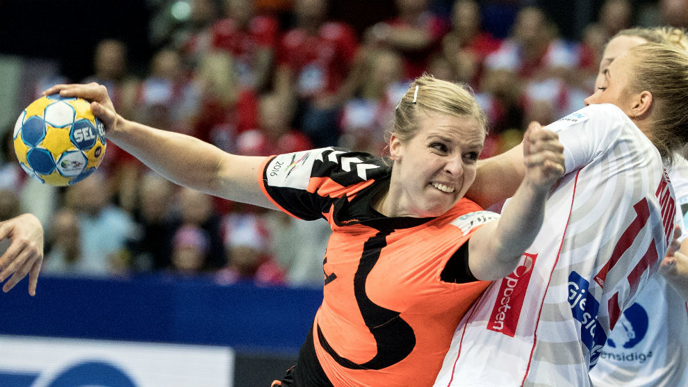 La pivote holandesa Snelder lanza a puerta.