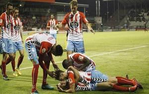 Caballero (dorsal 9) celebra con sus compañeros el gol del empate...