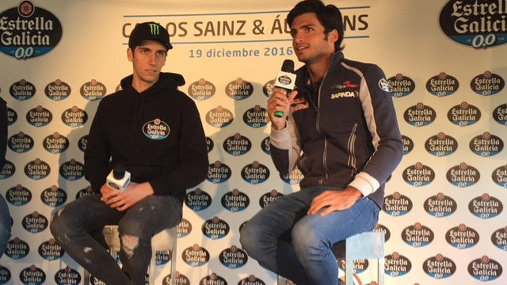 Álex Rins y  Carlos Sainz, durante el evento de Estrella Galicia en...