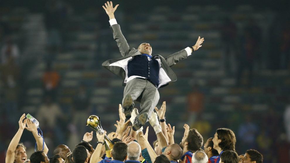 Guardiola, manteado en 2009 tras lograr el 'Sextete'.