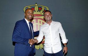 El director deportivo del Mallorca, Javier Recio, posa junto al...