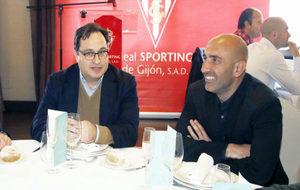 Javier Fernández y Abelardo, ayer durante un la comida de Navidad del...