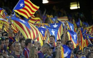 Exhibición de esteladas durante un partido del Barcelona.