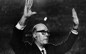 Zamora levanta los brazos emocionado, para saludar al público que se...