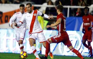 Trashorras controla el balón ante la presión de un jugador maño