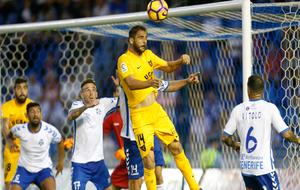 Segio Mora remata un balón en el Heliodoro Rodríguez López