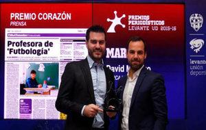 David Menayo, en el acto de entrega del premio, junto a Andrés Tudela