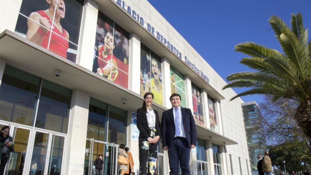 Carolina Marín y el alcalde Gabriel Cruz, en el polideportivo recién...