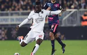 Balotelli chuta a puerta ante la oposición rival.