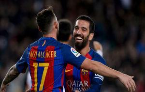 Arda Turan celebra un gol junto a Paco Alcácer