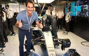 Fededer posa con un Fórmula 1