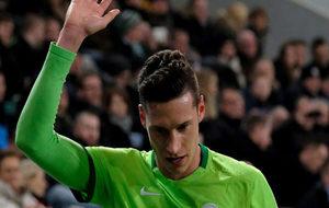 Julian Draxler saluda durante un partido del Wolfsburgo frente al...