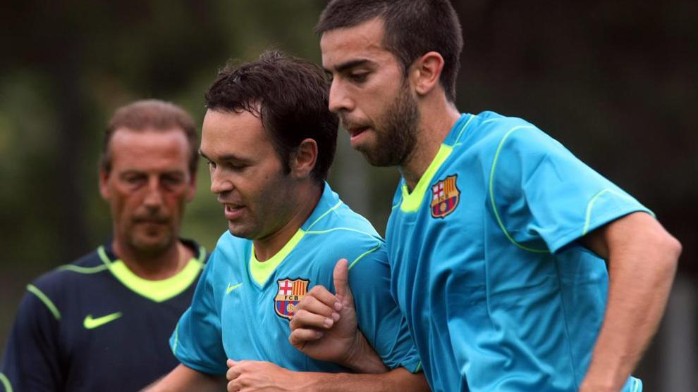 Oleguer, durante un entrenamiento, junto a Iniesta.