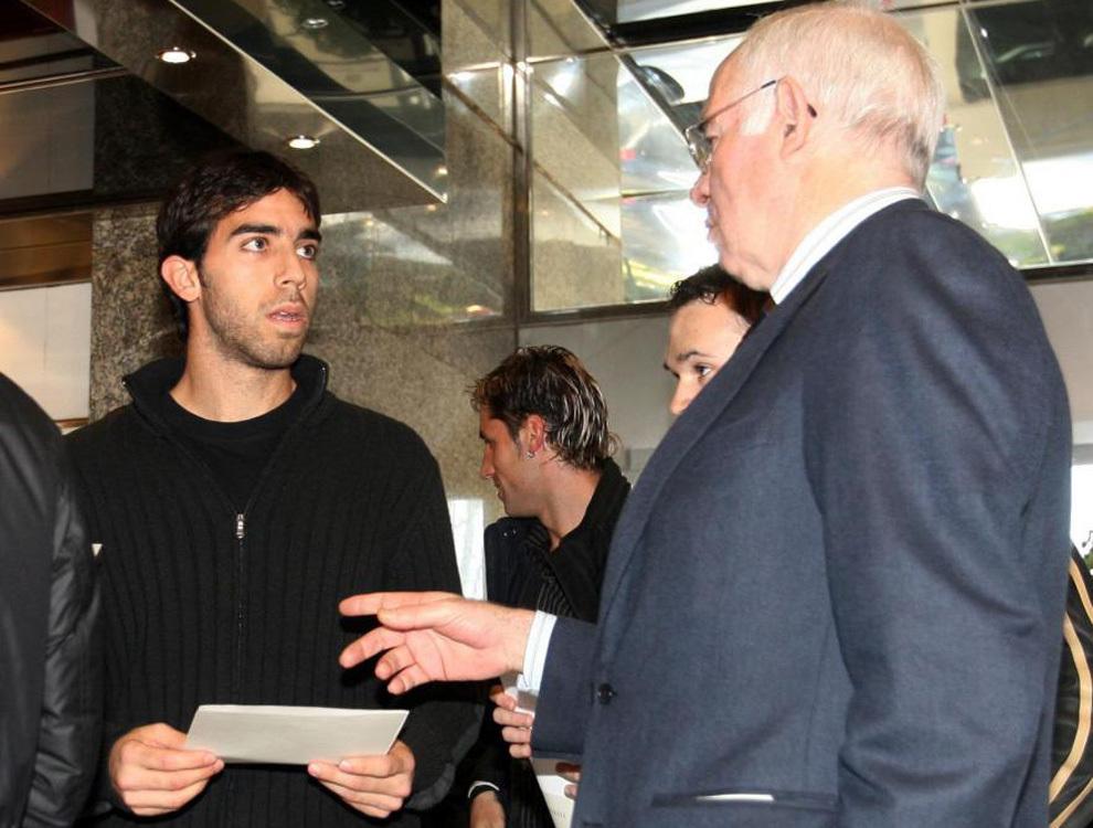 Oleguer conversando con Luis Aragonés en una concentración de la...