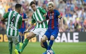Fabián Ruiz presiona a Messi en presencia de Bruno en el partido de...