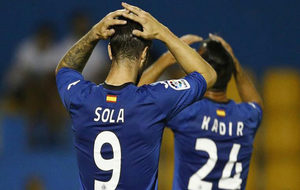 Kike Sola se lamenta en un partido contra el Alcorcón.