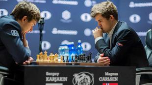 Karjakin y Carlsen, durante el Mundial absoluto
