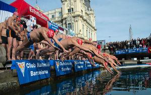 Los nadadores en el momento de tomar la salida en la Copa Nadal.