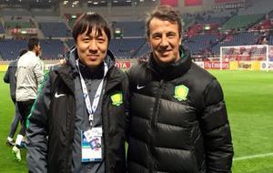 José González posa con Xie Feng, el técnico al que reemplaza en el...