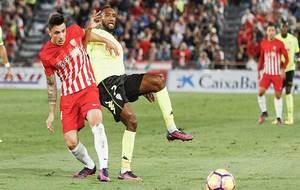 Bergdich disputa un balón con Ximo durante el Almería-Córdoba de...